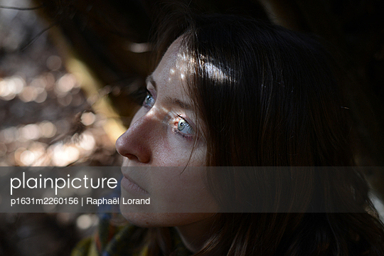 Woman into a shack - p1631m2260156 by Raphaël Lorand