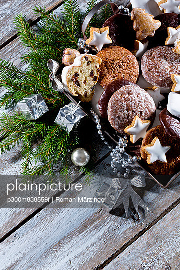 Christmas cookies;  Christmas stollen and ginger bread on a metal tray;  studio shot - p300m838559f by Roman Märzinger