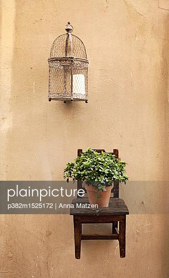 Hängender Stuhl mit Blumentopf - p382m1525172 von Anna Matzen