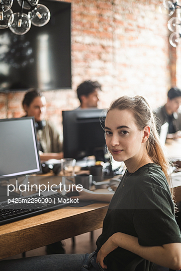 Portrait of female computer programmer at office - p426m2296080 by Maskot