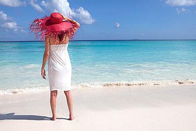 Woman on the beach - p0452403 by Jasmin Sander