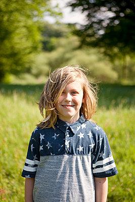 Junge im Grünen - p1195m1138116 von Kathrin Brunnhofer