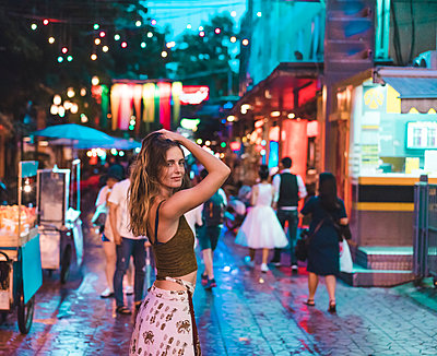 Thailand, Bangkok, young woman in the city on the street at night - p300m1581719 by VITTA GALLERY