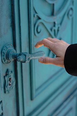 Kunstvoll verzierte Tür öffnen - p4860062 von anneKathringreiner