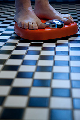 Close up of Feet on Weighing Scale - p669m806455 by David Harrigan