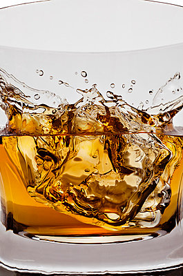 Whiskeyglass with ice cubes - p710m721083 by JH