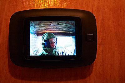 Blick auf den Monitor eines Spions - p763m1128464 von co-o-peration