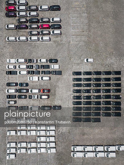 Indonesia, Bali, Aerial view of car park - p300m2080750 by Konstantin Trubavin