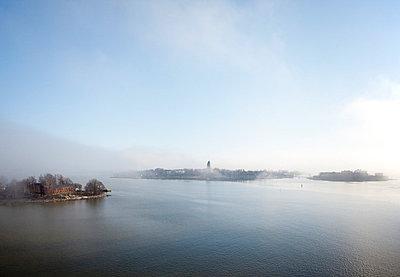 Suomenlinna in fog - p3226903 by Simo Vunneli