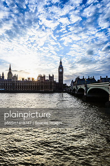 Sun setting over Houses of Parliament, London, United Kingdom - p555m1419747 by Spaces Images