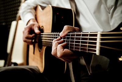 Mann spielt Gitarre - p1221m1060146 von Frank Lothar Lange