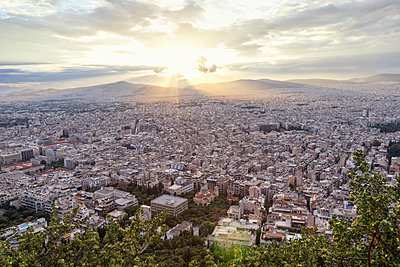 Greece, Attica, Athens, View from Mount Lycabettus over city at sunset - p300m2012872 von Maria Maar