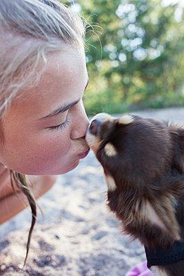 Girl kissing dog - p312m1472162 by Christina Strehlow