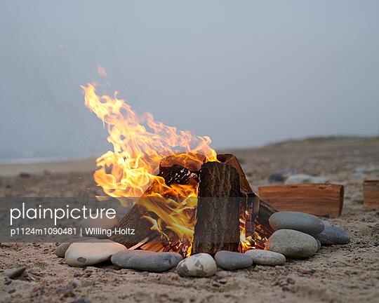 Lagerfeuer am Meer - p1124m1090481 von Willing-Holtz