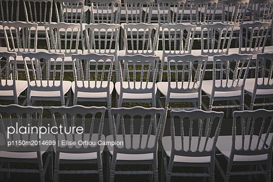 Weiße Stühle - p1150m2014699 von Elise Ortiou Campion
