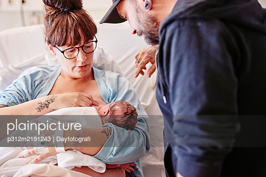Parents in hospital with newborn baby - p312m2191243 by Dayfotografi
