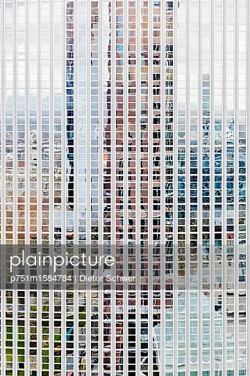 Spiegelung - p751m1584784 von Dieter Schwer