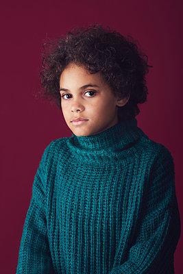 Studio portrait of a girl  - p1323m2065827 von Sarah Toure
