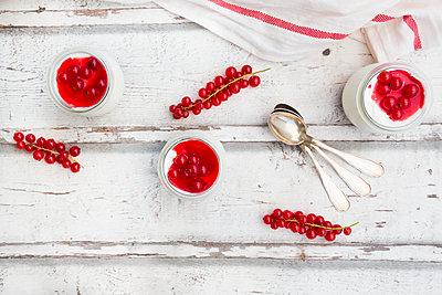 Red currant dessert with mascapone, cream and Greek yogurt - p300m2024088 von Larissa Veronesi
