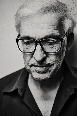 Mature man with glasses, portrait - p1312m2237634 by Axel Killian