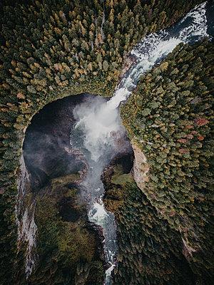 Abgelegener Wasserfall in Kanada - p1455m2193351 von Ingmar Wein