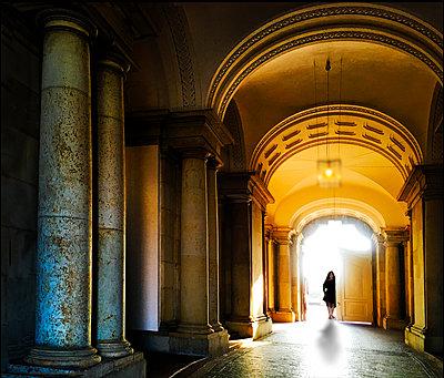Frau in einem Schloss - p1693m2294571 von Fran Forman