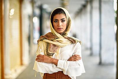 Spain, Granada, young muslim tourist woman wearing hijab in urban city background - p300m2060852 von Javier Sánchez Mingorance