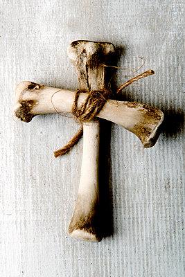 Kreuz aus Knochen - p451m1110727 von Anja Weber-Decker