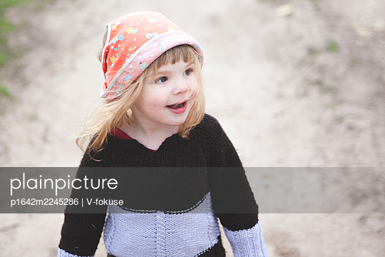 Little girl with headscarf, portrait - p1642m2245286 by V-fokuse