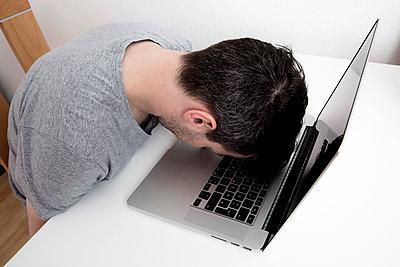 Verzweifelter Mann vor seinem Laptop - p1221m1133065 von Frank Lothar Lange
