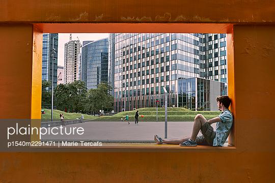 Junger Mann in Brüssel - p1540m2291471 von Marie Tercafs