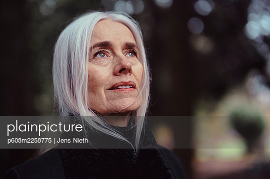 Elderly woman with long white hair - p608m2258775 by Jens Nieth