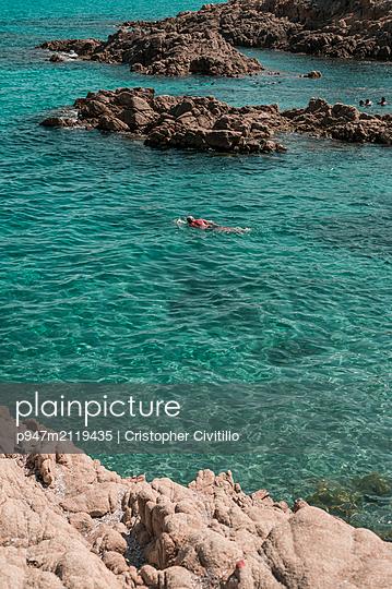Swimmer in the sea - p947m2119435 by Cristopher Civitillo
