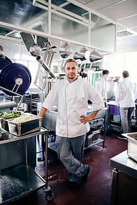 Portrait of confident male chef standing in commercial kitchen - p426m2016925 by Maskot