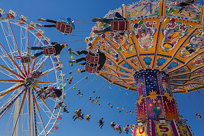 People tourists chain swing carousel Oktoberfest - p609m1473067 by OSKARQ