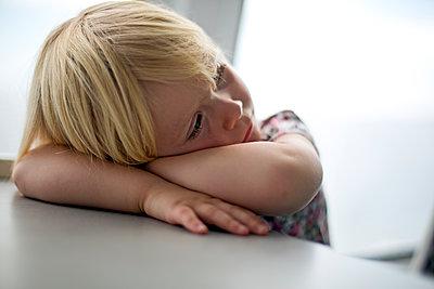 Kleiner Junge auf einer Fähre - p718m1332792 von Arne Landwehr