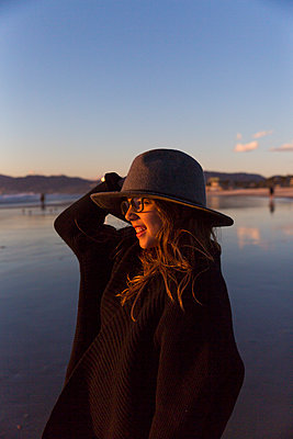 Girl with hat on the beach - p756m2087352 by Bénédicte Lassalle