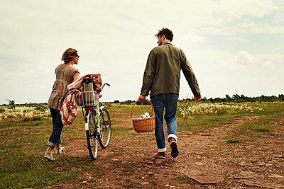 Young couple goes to have a picnic - p972m1088657 by Felix Odell
