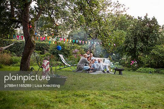 Freunde auf einer Gartenparty - p788m1165289 von Lisa Krechting