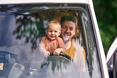 Father and son in transporter, portrait - p1124m2229022 by Willing-Holtz