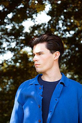 Portrait eines Mannes im blauem Hemd - p1248m2237694 von miguel sobreira