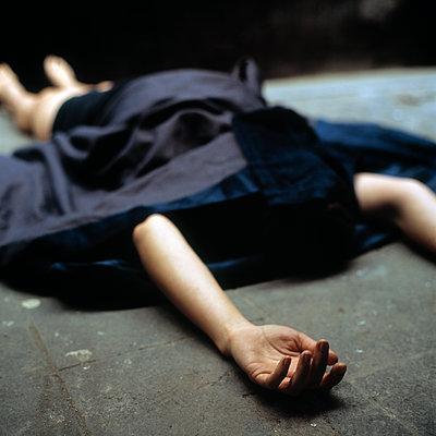 Bedeckte Frau auf dem Boden - p1550m2128414 von Kumi Oguro