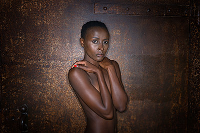 Naked African woman - p427m1465597 by Ralf Mohr