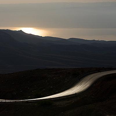 Straße vor einer Bergkette bei Nacht, Madaba, Jordanien - p1542m2142274 von Roger Grasas