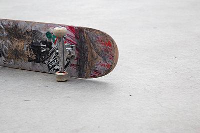 Skateboard auf Betonboden - p1650m2231570 von Hanna Sachau