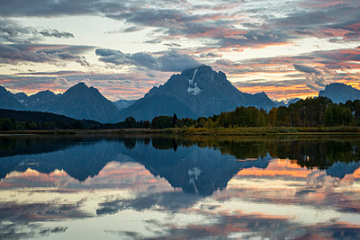 USA, Wyoming, Grand Teton National Park, sunset at Oxbow Bend - p300m1417271 by Maria Elena Pueyo Ruiz