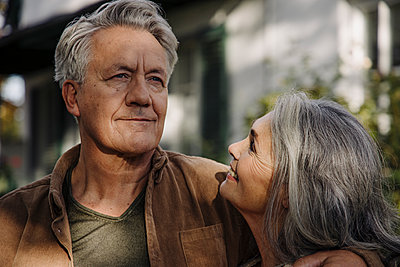 Portrait of senior couple in garden of their home - p300m2156240 by Gustafsson