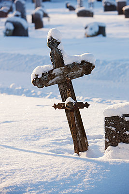 Wooden cross covered by snow - p312m971112f by Per Eriksson