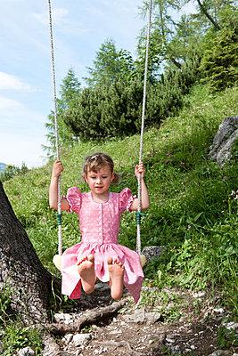 Barfuss schaukeln - p533m1556544 von Böhm Monika