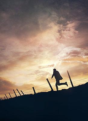 Silhouette eines Mannes - p984m2072776 von Mark Owen